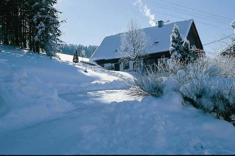 haus-mit-ferienwohnung-im-schnee