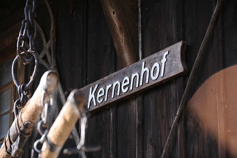 kernenhof-holzschild