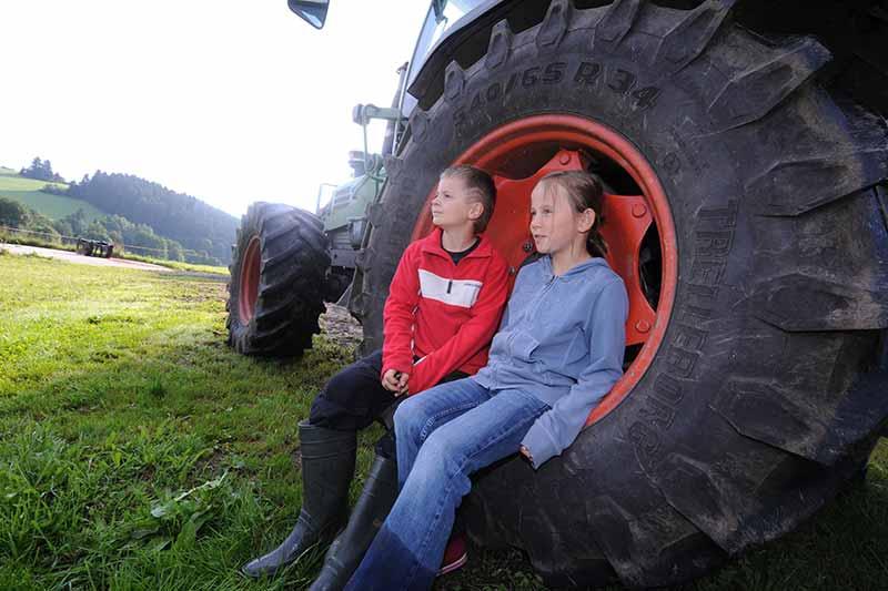 kleine-kinder-grosser-traktor