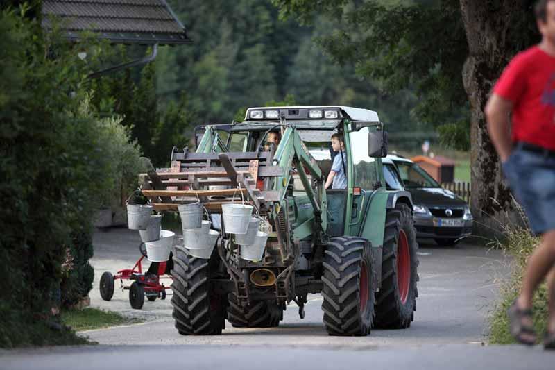 mit-dem-traktor-ueber-den-hof