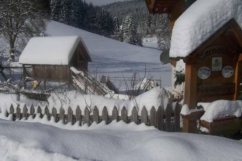 verschneiter-spielplatz